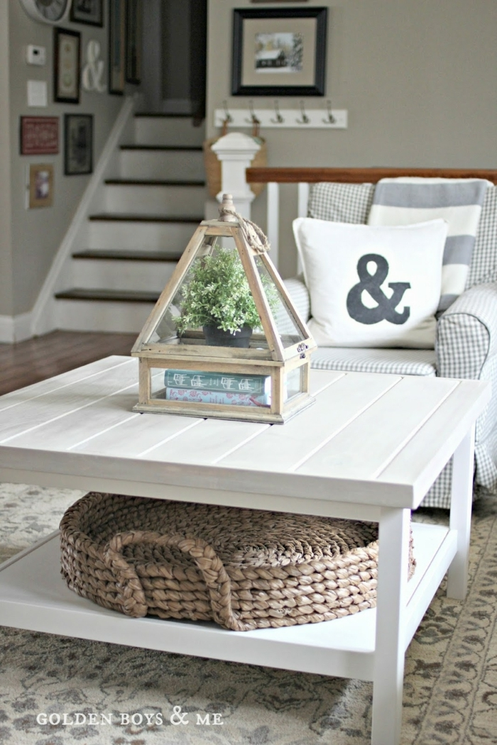 décoration pour la salle de séjour, pyramide avec pot de fleur mise sur une table blanche, panier rustique