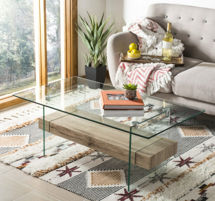 salle de séjour aux teintes pastels, table basse bois et fer, petit pot de fleur, tapis motifs graphiques