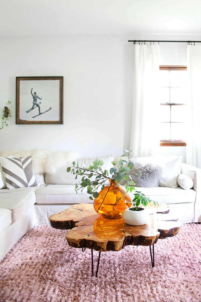 salon scandinave rose et blanc, table basse bois brut, vase en verre jaune, pot de fleur blanc, sofa blanc d'angle