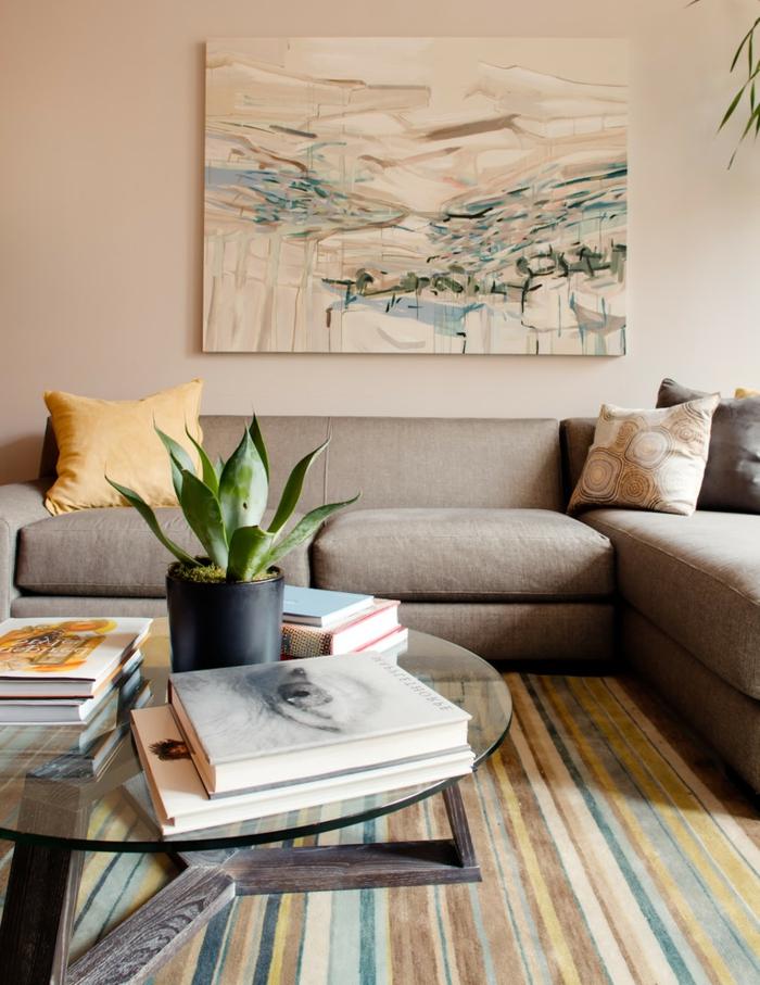 salon gris contemporain, sofa taupe, tableau peinture, pot de fleur avec succulent, livres empilés