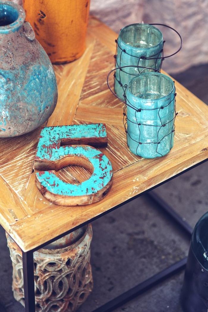 table basse industrielle avec objets turquoises, table basse fer et bois, déco table basse originale