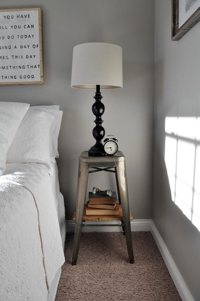 modele de table basse industrielle vintage en tabouret de bar avec rangement étagère bois recup, objets vintage réveil, lampe et bouquins