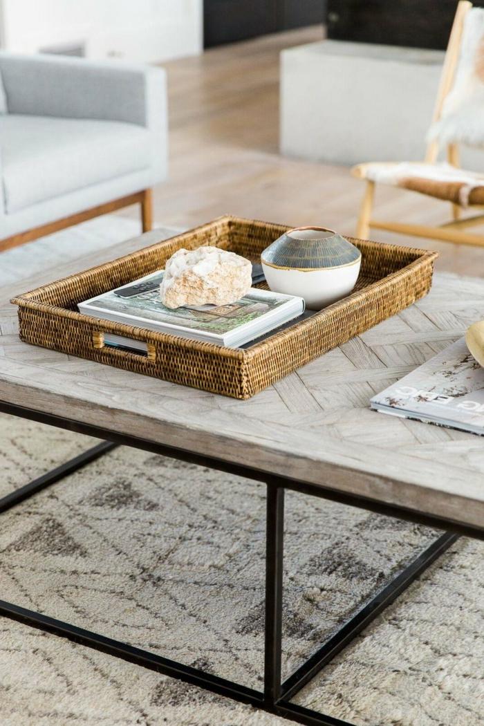table basse bois et fer, tapis motifs graphiques, plateau fibre naturel, fauteuils gris, table basse originale