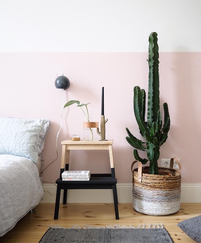 idée comment customiser un meuble ikea, tabouret echelle decorative repeint de noir, cactus dans panier, parquet clair, mur fond rose