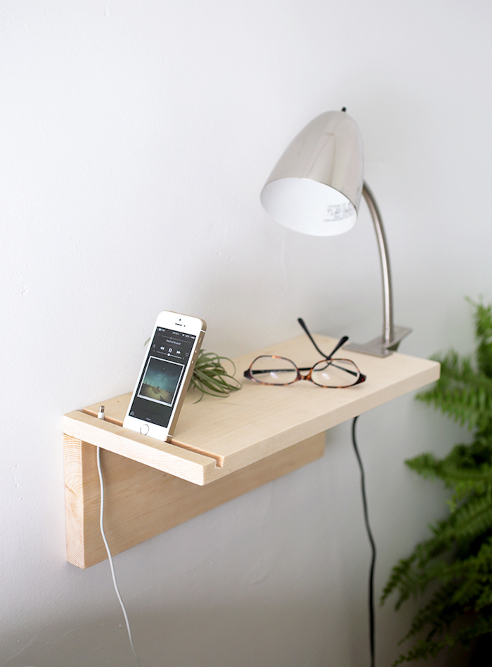 deux planches de bois clair assemblées et fixés sur un mur, rangement iphone original, lampe de nuit gain de place
