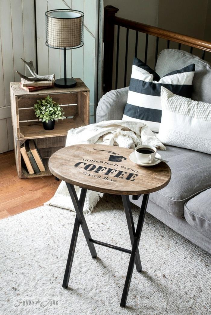 table de bois et fer, tapis gris, sofa gris, caissons pour rangement déco, coussins noirs et blancs, pièce déco campagne