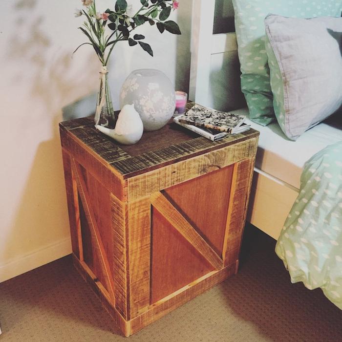 palette recyclée pour être transformée en table basse originale, bois brut, linge de lit vert d eau, decoration table lampe, petites decorations