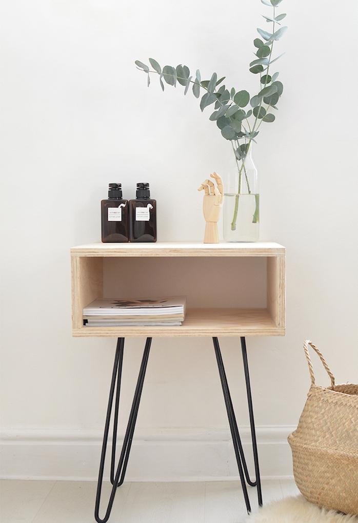 simple table basse style scandinave en bois clair, pieds en épingle à cheveux noirs, decoration à ranger dessus