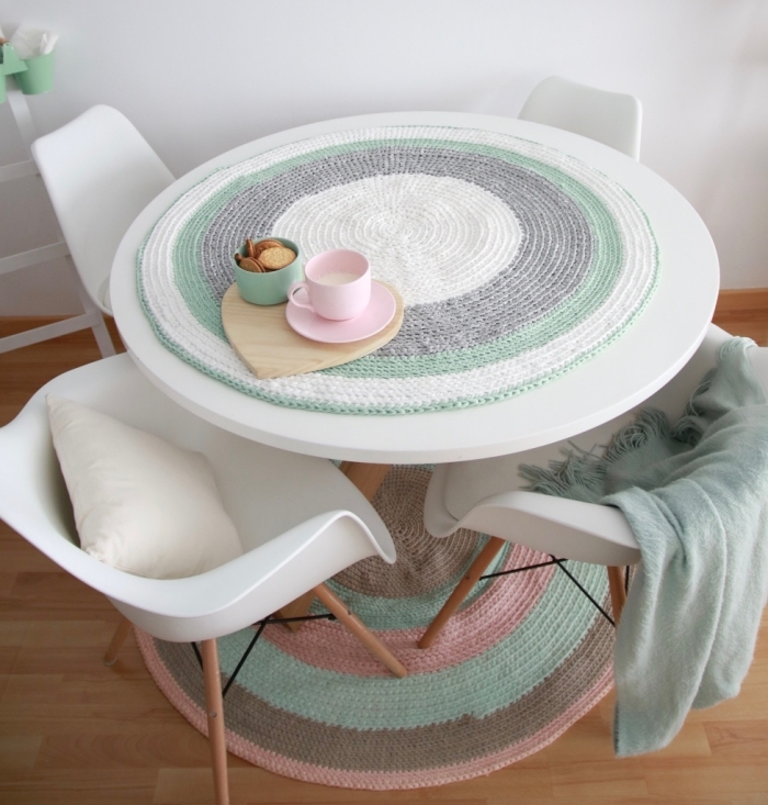 déco relaxante en nuances pastel avec meubles blanc et bois, objets de déco diy facile, modèle tapis rond en couleurs pastel