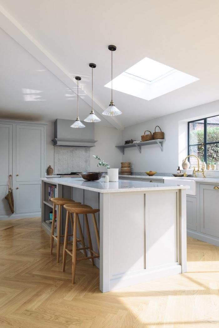 cuisine en l avec ilot blanche, modèle de cuisine sous pente avec grande fenêtre, idée revêtement plancher dans cuisine