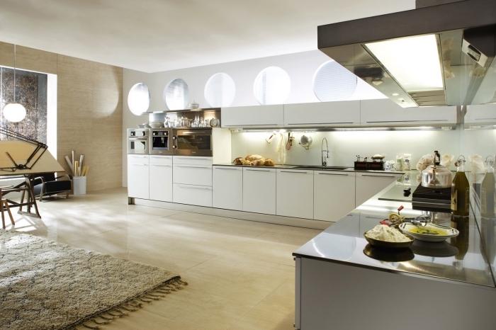 exemple décoration luxueuse et stylée dans une large cuisine aménagée en L, idée cuisine ouverte avec meubles blancs