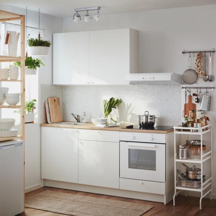 quelles couleurs dans une petite cuisine, modèle de cuisine en longueur avec meubles blancs et plan de travail bois