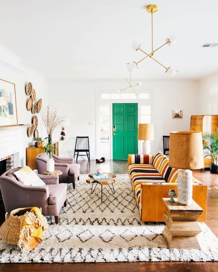 deco sejour de style vintage et bohème chic réchauffée par un grand tapis berbère, des accents en bois et la vannerie au mur
