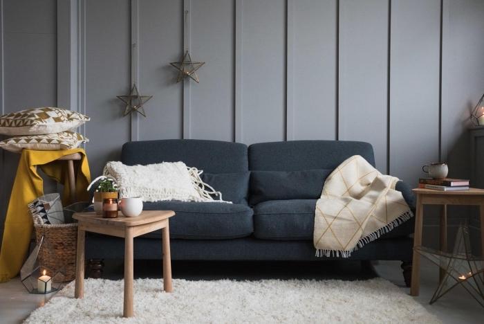 deco salon gris de style nordique réchauffée par un tapis douillet blanc et quelques coussins décoratifs