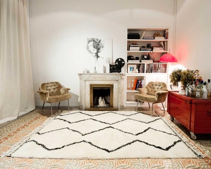 pour réchauffer le salon vintage et le rendre plus cosy on superpose un tapis cocooning berbère et un grand tapis à motifs ocre