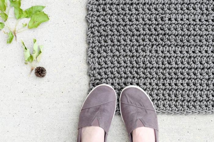 comment réaliser un tapis fait main, modèle de tapis crochet en gris, exemple de tapis en forme rectangulaire