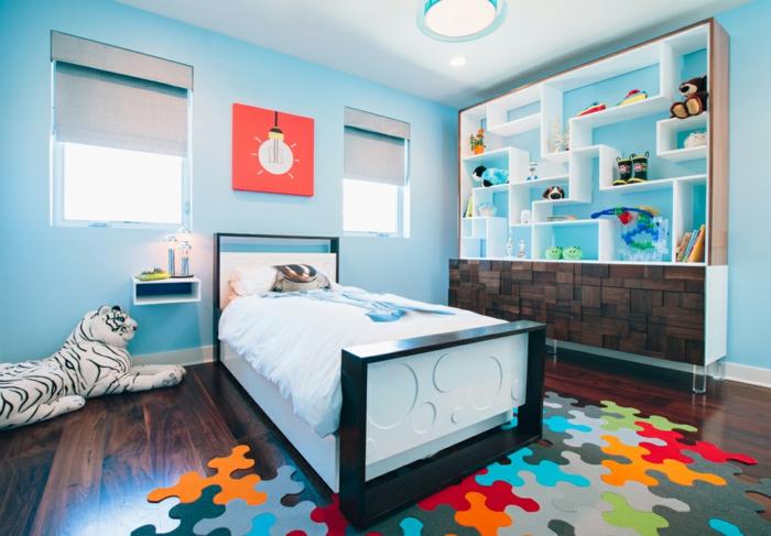 tapis puzzle, peluche tigre blanc, étagère bibliothèque bois et blanc, aménagement petite chambre