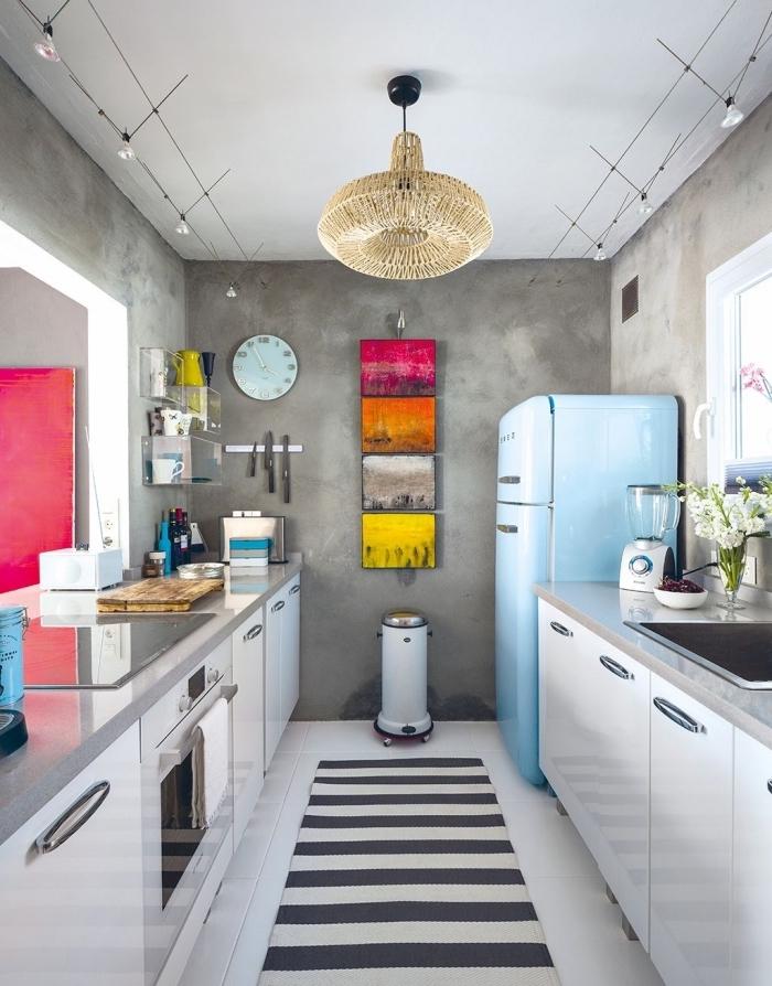 photo cuisine en parallèle, modèle de cuisine moderne aux murs en gris et plafond blanc avec accents en couleurs