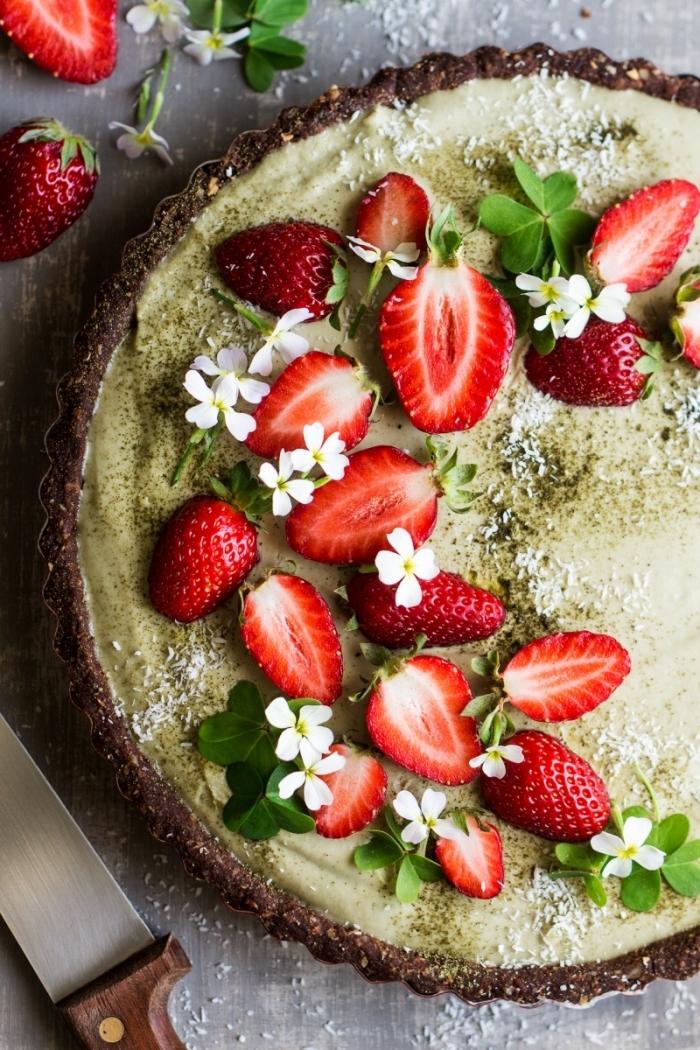 recette de tarte vegane au thé vert matcha et aux fraises sur une croûte de dattes et de flocons d'avoine mixés, gateau sans oeuf sans beurre