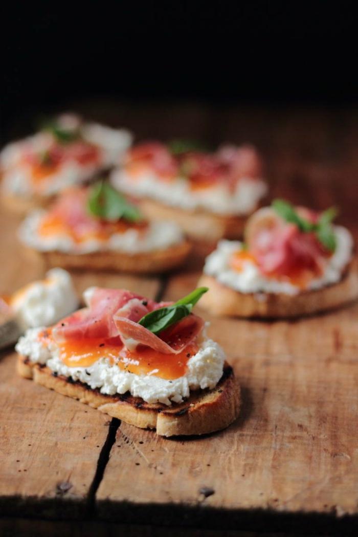 tartine au fromage avec saumon et sauce garnie de feuille d'herbe fraîche, recette apero noel