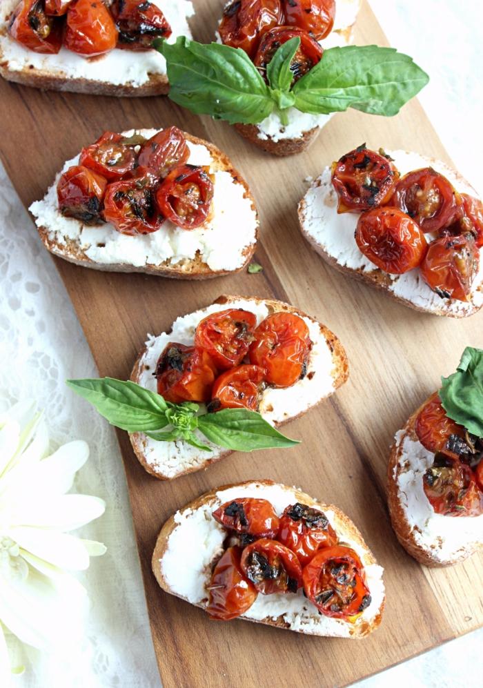 tomates séchées et fromage sur des tartines en pain croustillant, garniture de feuille verte