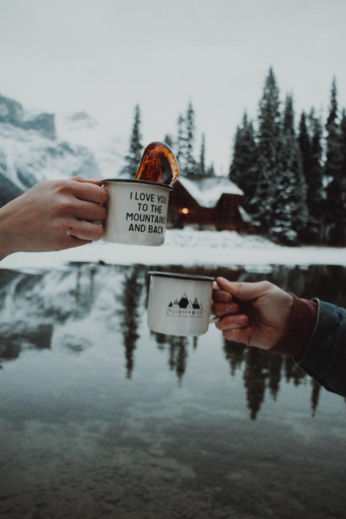 photo couple d'hiver avec un paysage enneigé au bord de lac, photo tasses de café dans la nature pour fond d'écran portable