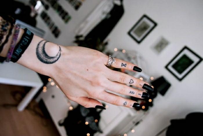 Manchette tatouage, quelle est la plus originale idée faire son dessin, doigts tatoués avec tatouages minimalistes
