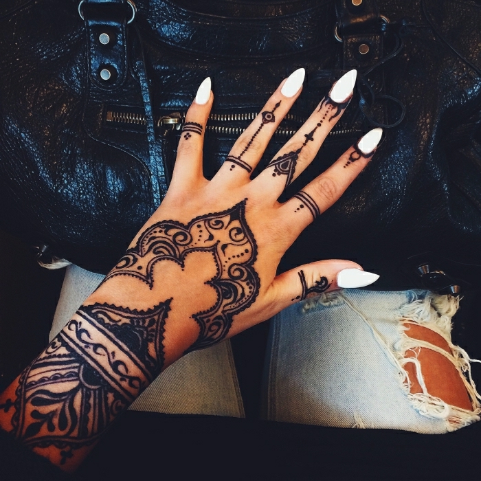 temporaire tatouage henné, belle femme manucure blanche, tatouage avant bras, atypique tatouage personnalisé design