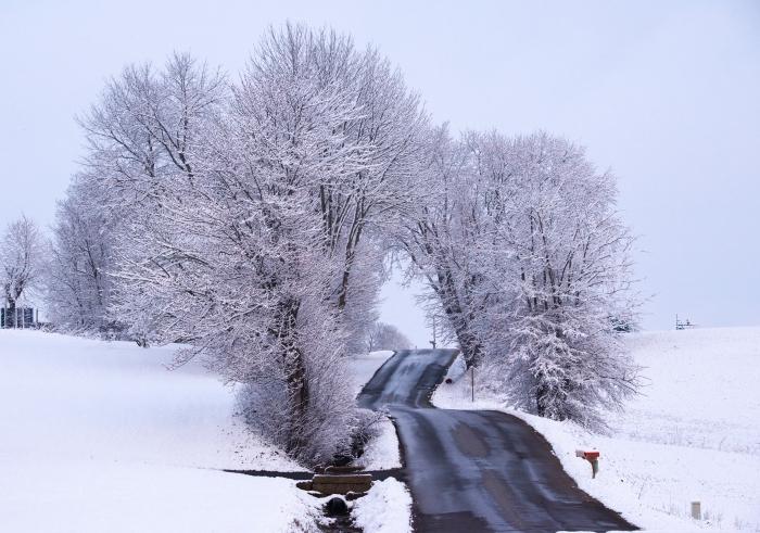 paysage de neige, idée fond d'écran hiver gratuit, photo de la nature en hiver avec route et champs couverts de neige