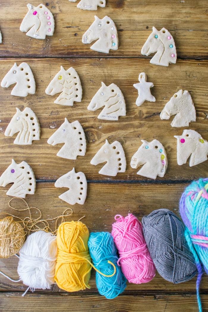atelier créatif avec de la pâte à sel, faire une licorne magique en pate a sel recette facile et économique, tête de licorne en pâte à sel avec une crinière en laine