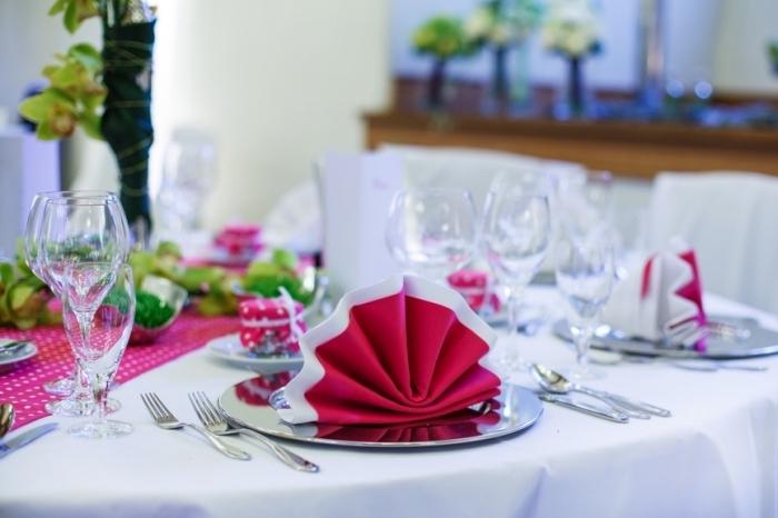 idée pour une décoration de noel en blanc et rouge, magnifique exemple de pliage serviette nouvel an facile