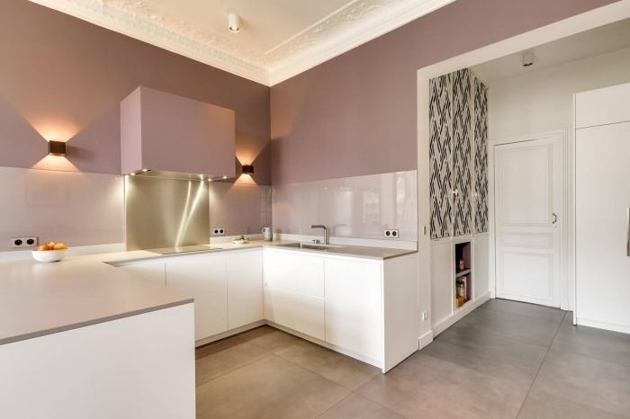décoration murale avec peinture couleur rose cendré, idée crédence en carrelage mirroir et inox, agencement cuisine en u