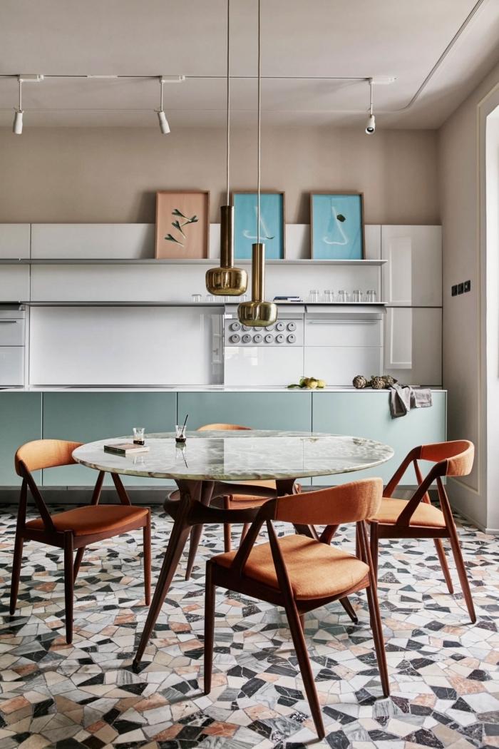 modèle de cuisine équipée moderne avec peinture murale nuance taupe, déco de cuisine avec coin repas aménagé avec table ronde