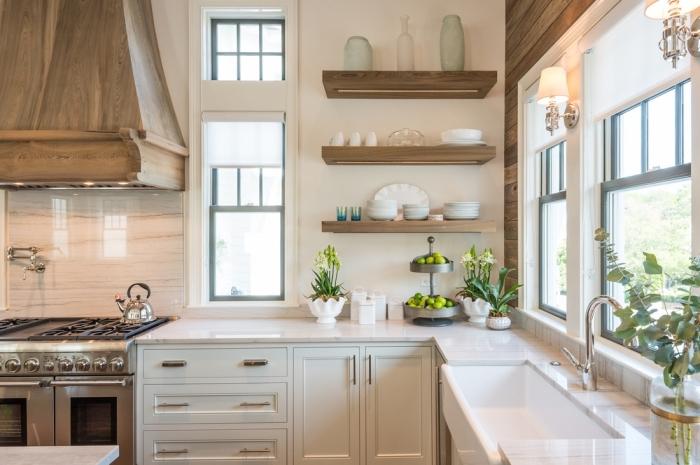 cuisine aménagée en style campagne avec crédence imitation marbre, astuce rangement cuisine avec étagère murale bois