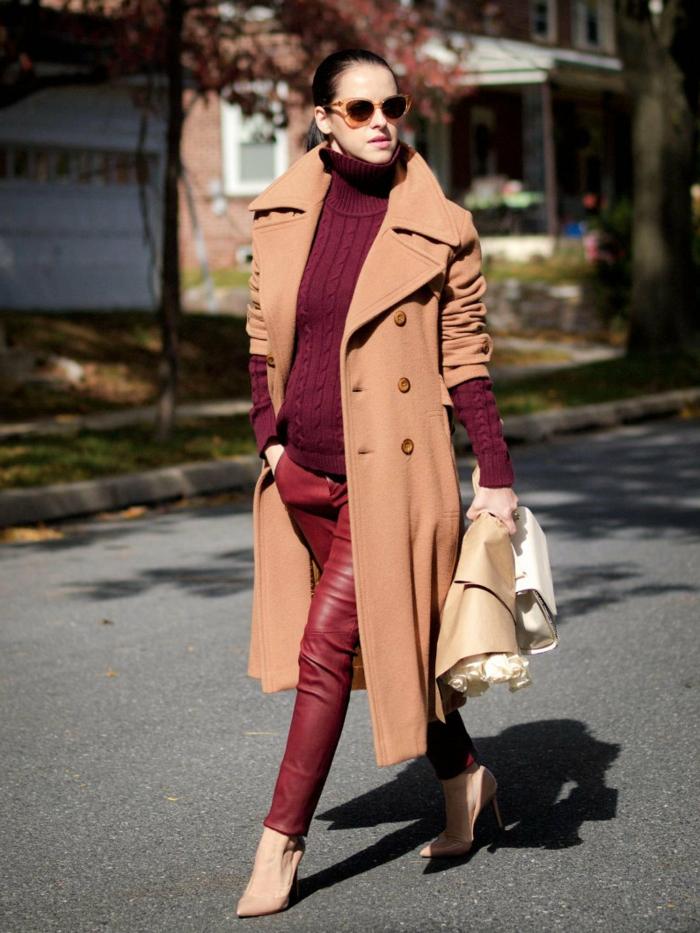 leggings rouges, pull bordeaux torsadé, manteau long camel, lunettes tendance oranges