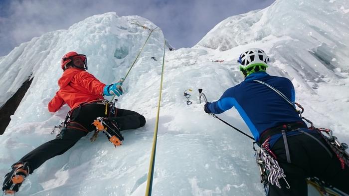 quelle tenue d'alpiniste choisir selon ses buts, pantalons hydrofuges, vestes thermiques, vetement de sport et vêtement de travail
