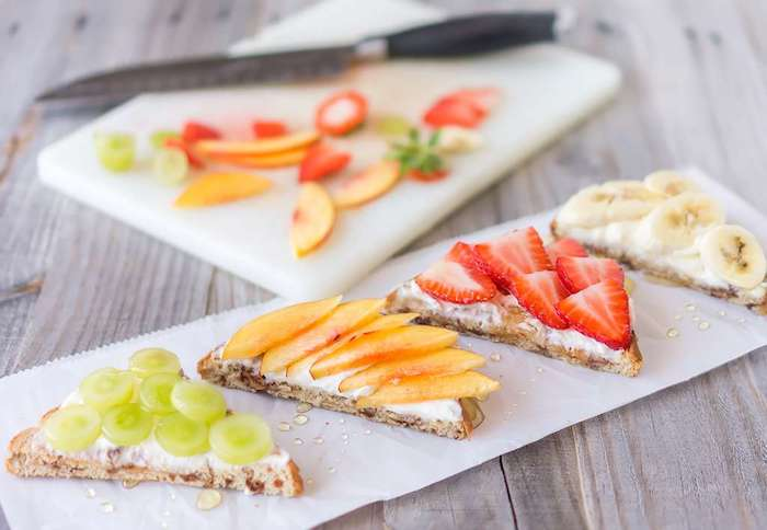 pain complet tranche triangulaire au ricotta et fruits, fraises, raisins, pêche, banane filet de miel, menu enfant
