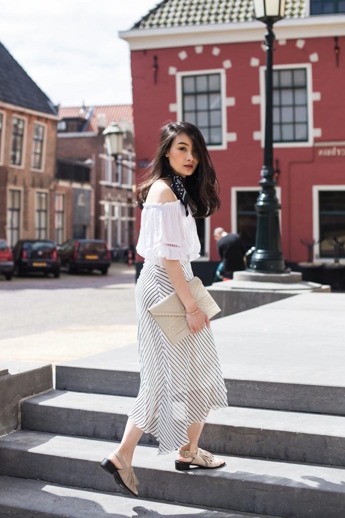 vision chic en top blanc et jupe avec foulard noué autour du cou, exemple nouer une écharpe comme accessoire mode