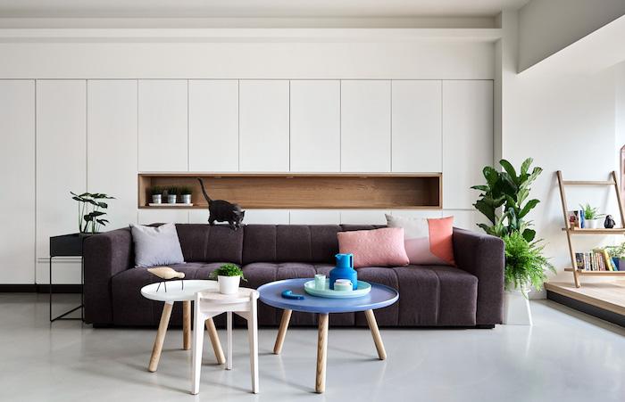 canapé gris clair, tables style scandinave, meuble blanc, deco salon moderne nordique, quelques plantes pour touche verte
