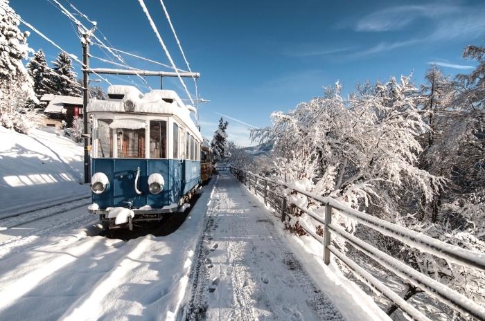 photo voyage en train dans les montagnes en hiver, joli paysage de noel avec un train et arbres conifères couverts de neige