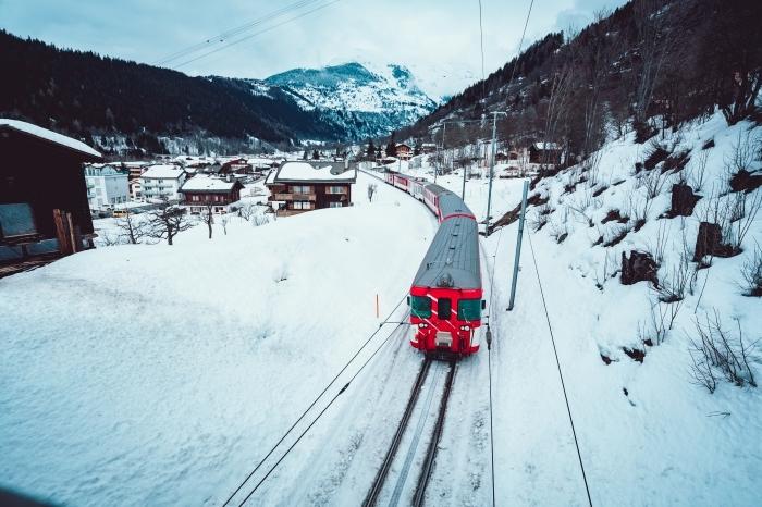 photo d'un village dans les montagnes en hiver, idée fond d écran hiver gratuit, image à télécharger sur le thème hiver