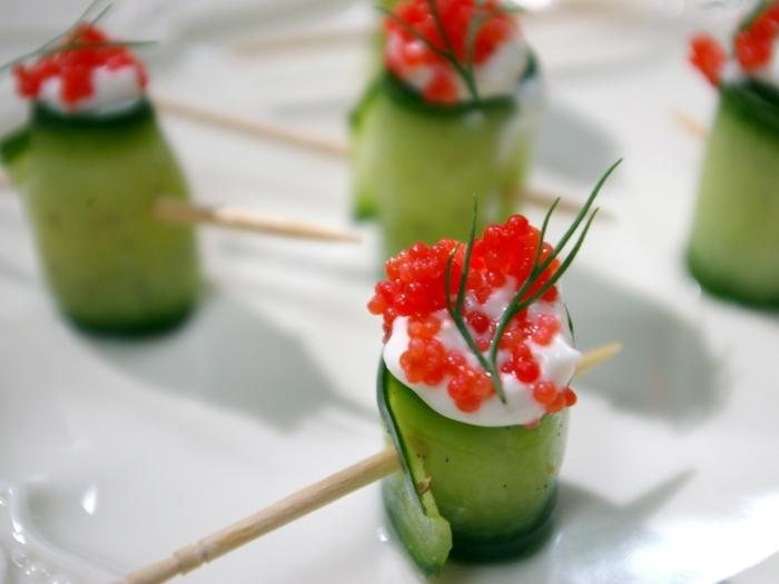 amuse-bouche à base de concombre, fromage, caviar, brins d'herbe aromatisante, apéro festif