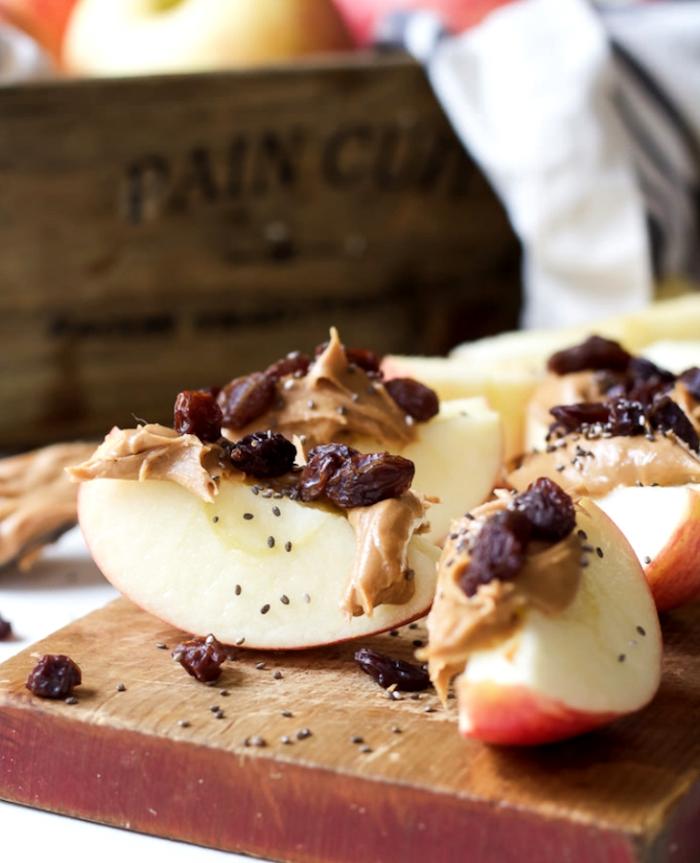 tranches de pomme au beurre de cacahuètes et raisins secs aux graines de lin, anniversaire amuse bouche