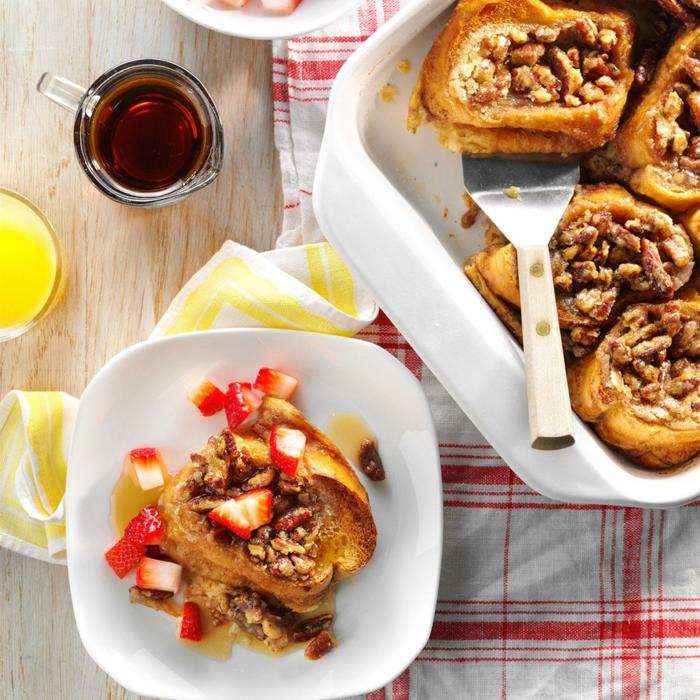 tartines au miel, noix de noyer, morceaux de fraises fraîches, tasse de thé en verre, nappe aux carrés, apéro de noël