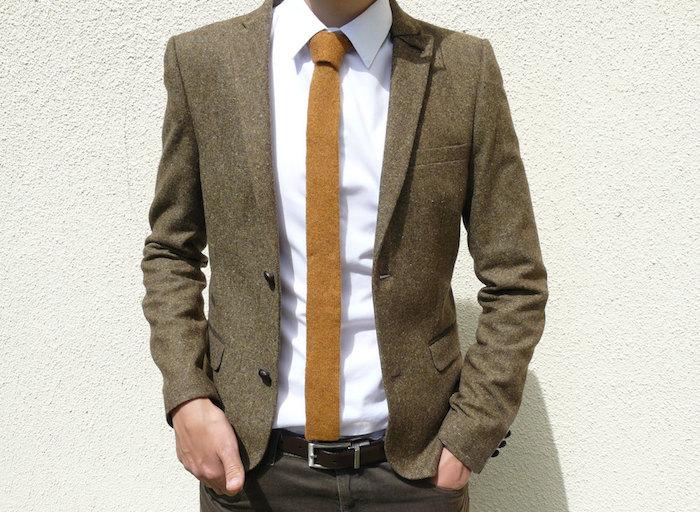 cravate tricot en laine slim avec bout droit beige avec veste marron et chemise blanche
