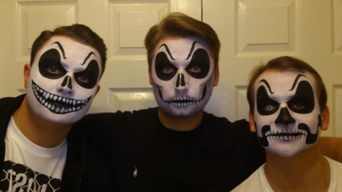 maquillage homme halloween, contours grands autour des yeux, sourcils déssinés au front, trois amis maquillés pour halloween