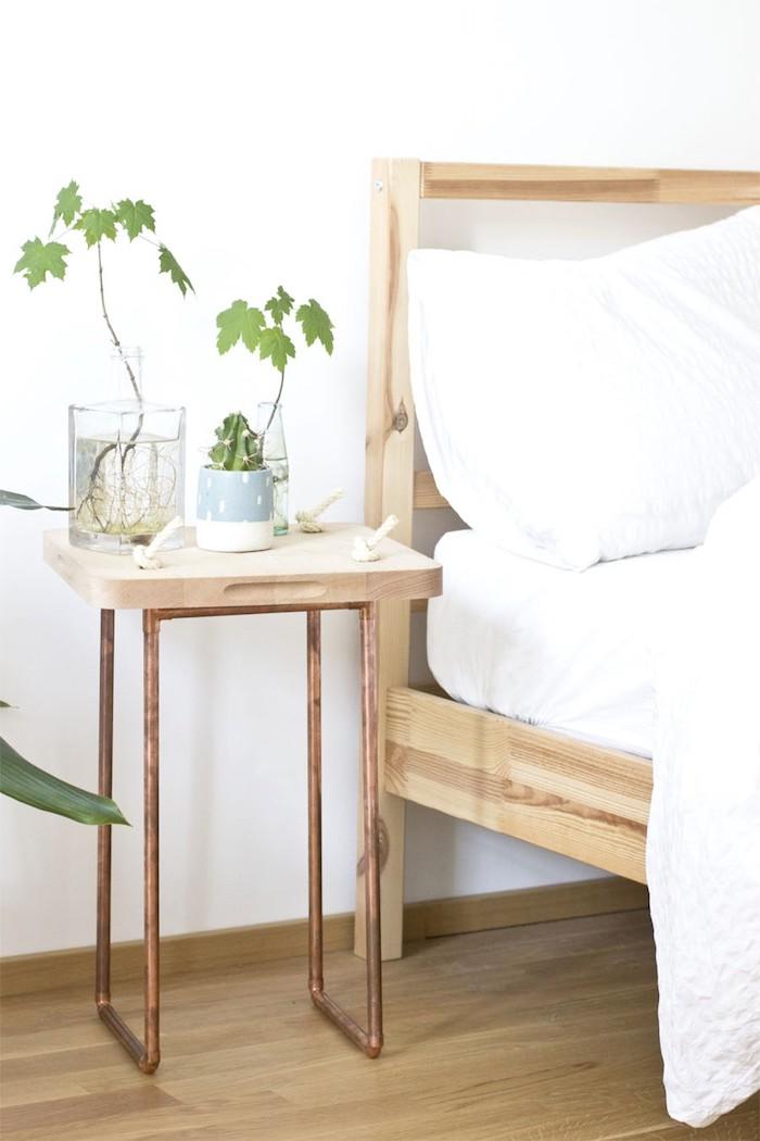 tubes de cuivre en guise et pieds et planche à découper en guise de plateau de table bois, table basse bois style authentique zen