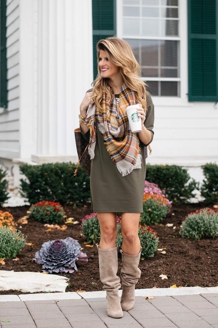 modèle de grosse echarpe femme en couleurs terre et motifs carreaux, idée quelles couleurs associer pour un look stylé