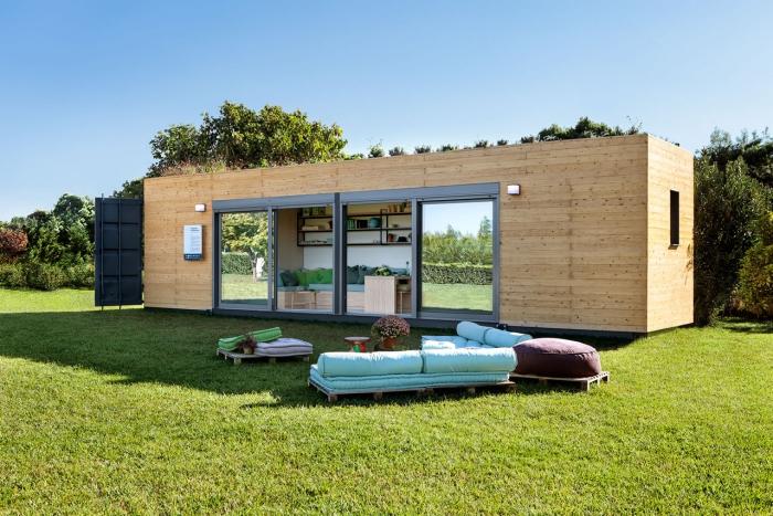 la finition en bois donne un aspect moderne et tendance à cet abri de jardin fabriqué à partir d'un container maritime récupéré