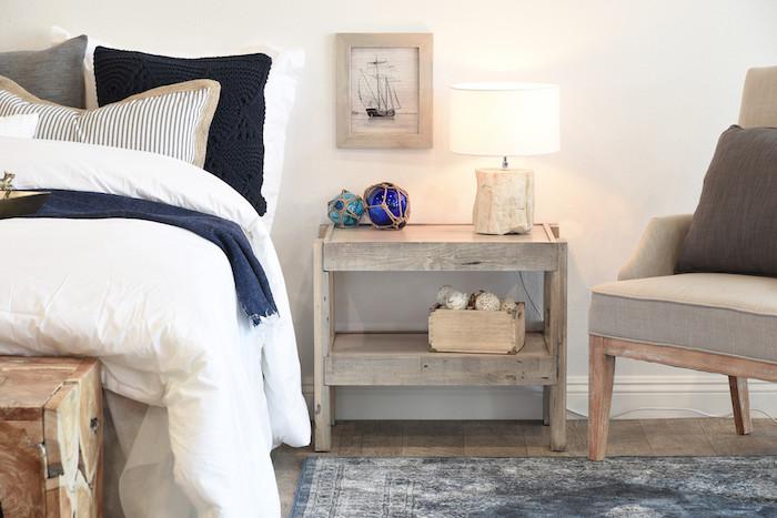 diy table originale, meuble en palette planches de bois brut avec decoration style bord de mer, tapis vintage, linge de lit bleu, gris, blanc